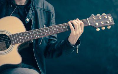 Comment changer les cordes d'une guitare folk ?